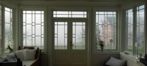 Hvit vinterhage med glassdører