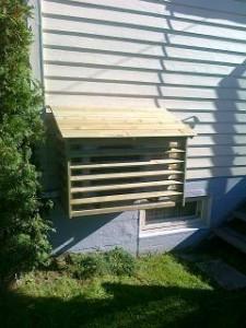 varmepumpehus montert på vegg